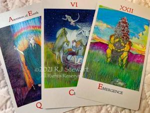 Tres cartas del tarot de la baraja RJ Stewart Dreampower con arco iris, Amantes en un árbol, vaca y animales en un prado